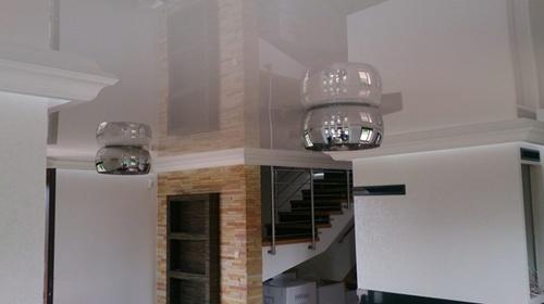 Белый потолок натяжной с накладными светильниками