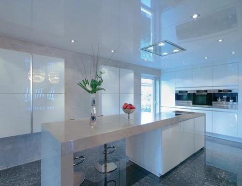 Белый потолок ПВХ на кухне